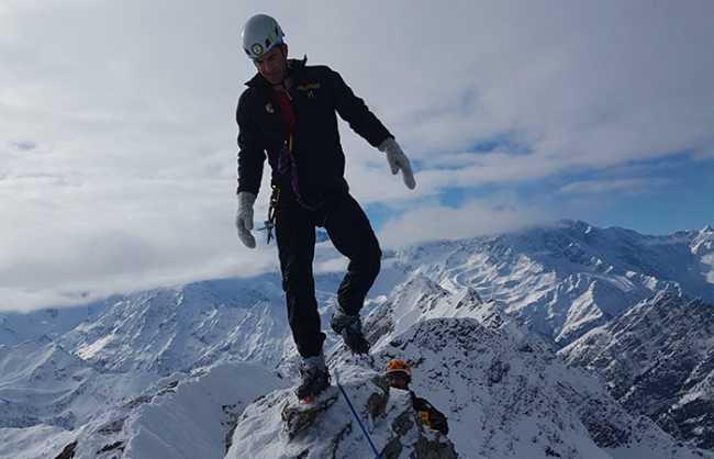 cima montagne scalatore